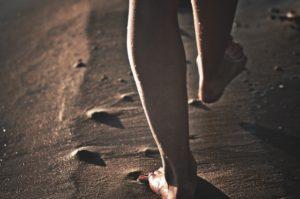 砂浜を素足で歩く