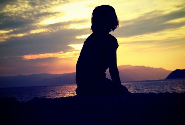 孤独に黄昏れる女性